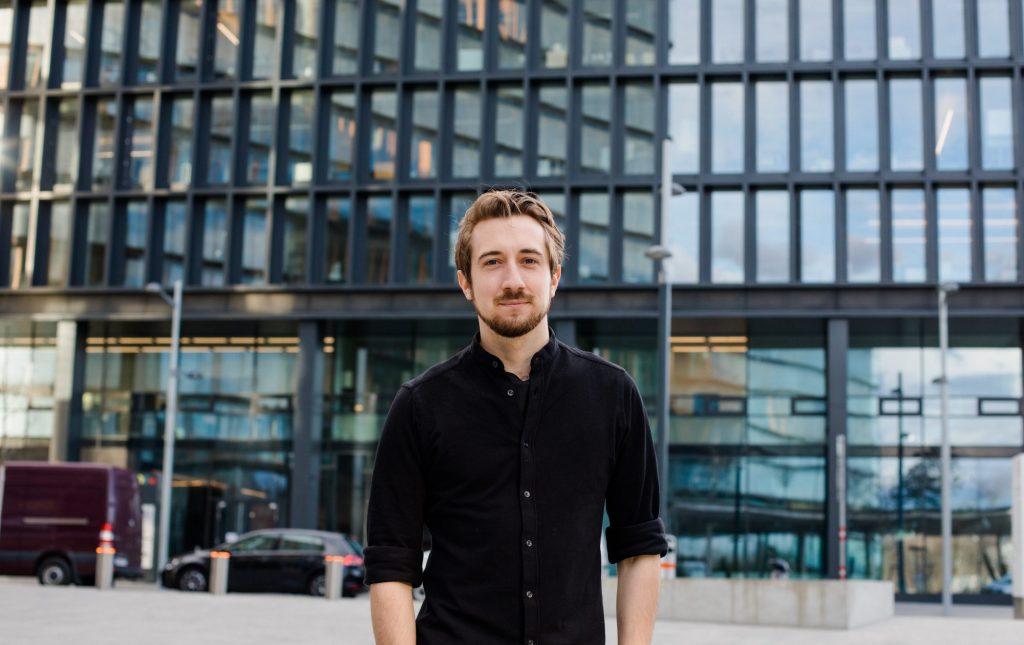 Bernhard Wenger zog nach der Matura von Salzburg nach Wien, um ab 2014 Regie und Produktion an der Filmakademie zu studieren. Seine Kurzfilme liefen auf international renommierten Festivals und wurden mehrfach ausgezeichnet.