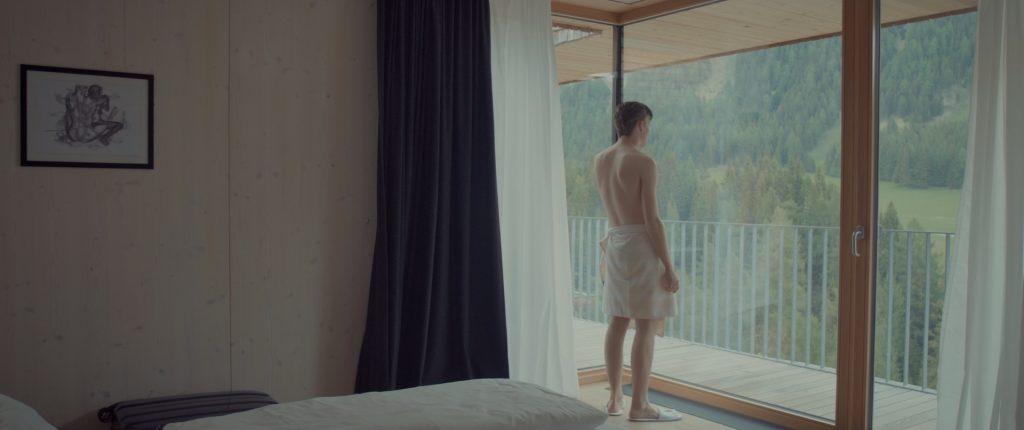 Still aus »Entschuldigung, ich suche den Tischtennisraum und meine Freundin« (2018, 23 min). Der Film gewann die Kurzspielfilmpreise auf der Diagonale 2018 und beim Österreichischen Filmpreis 2019.