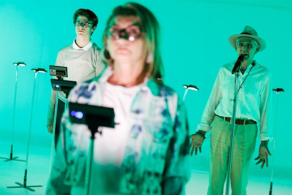 Generationentheater über Kommunikation im Netz: »Silver Surfer«. © Barbara Pálffy / Volkstheater